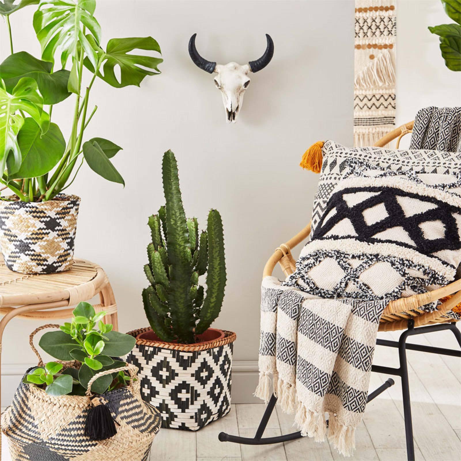 Black And Natural Seagrass Tassle Basket thumbnails